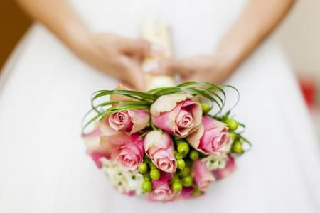 white-and-red-roses-bouquet-wedding-image2