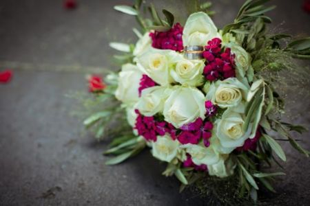 white-and-red-roses-bouquet-wedding-image4